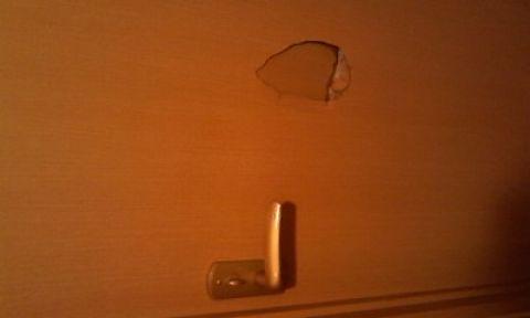 程の穴をあけてしまいました。このドアの穴を出来るだけ早く修理したいので、修理にかかる金額、工事の