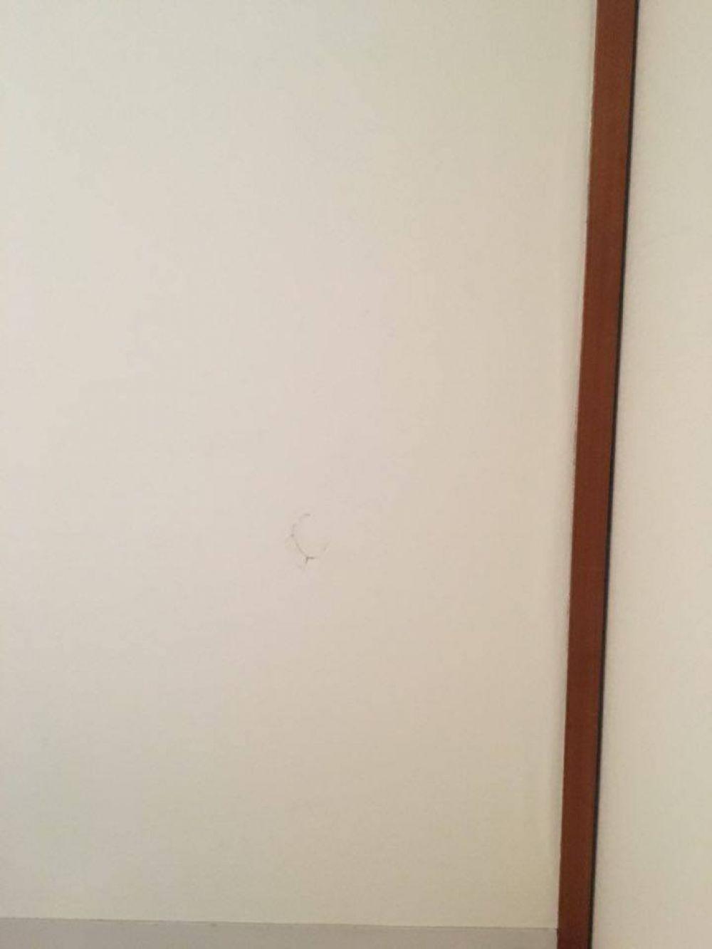 複数 3面 の壁の穴を壁紙だけでなく内側まで修理したい リフォーム