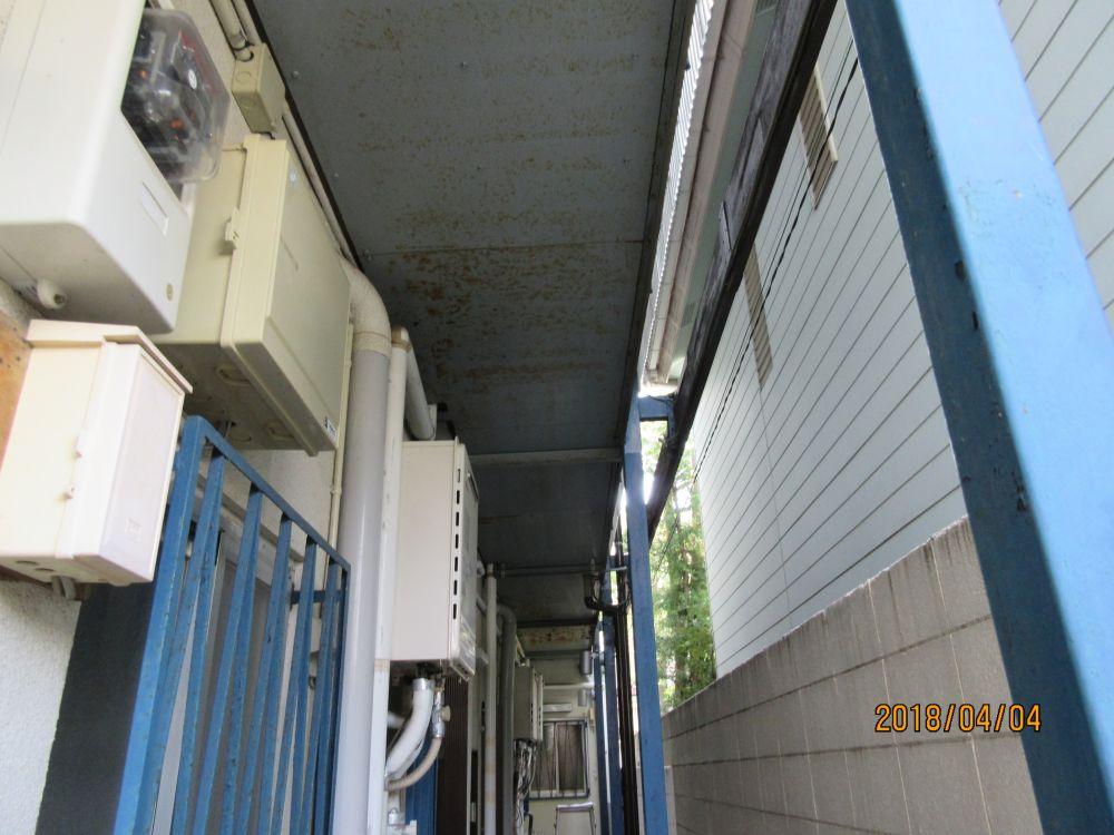 西側 通路上の天井を錆を落として塗装いたします