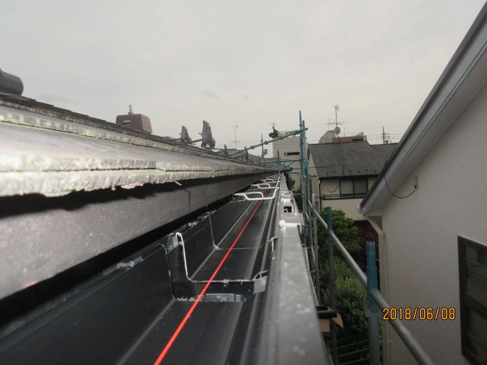 糸で傾斜を計り雨樋を施工します