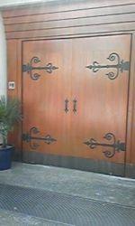 木製大型門扉の色あせの補修